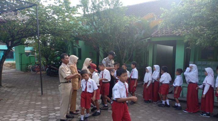 Bripka Mujianto, Bhabinkamtibmas desa Sambongwangan, Polsek Randublatung menyambangi Sekolah Dasar Negeri 3 Sambongwangan menyampaikan imbauan kamtibmas