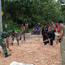Polisi dan Warga Gotong Royong Urug Jalan Bogorejo